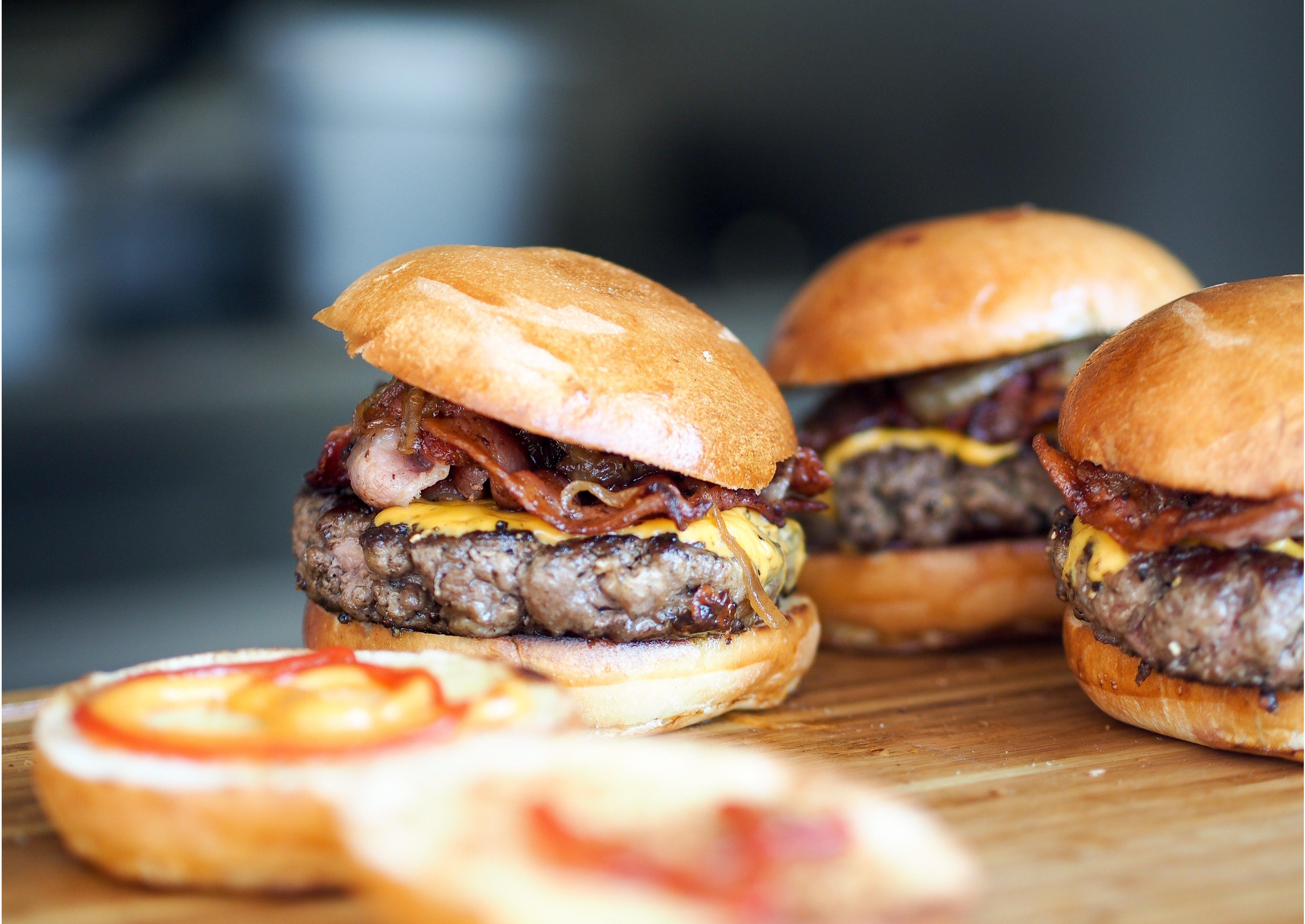 Klassischer Burger mit Bacon