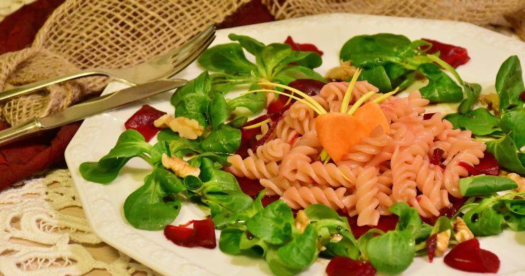 Rote Linsennudeln aglio e olio mit Avocadosalat