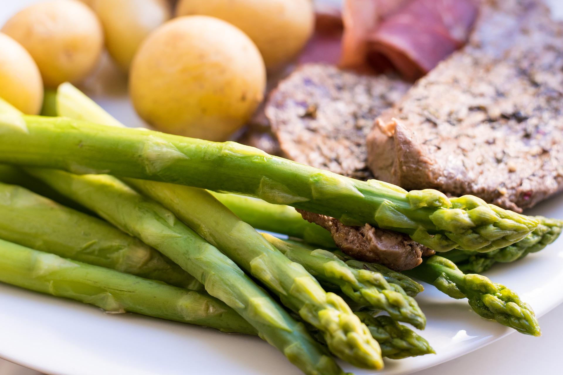 Putenschnitzel mit grünem Spargel und Gorgonzola