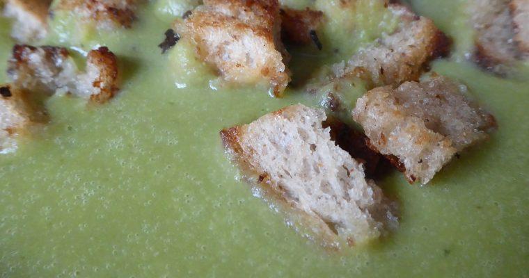 Bärlauch-Sahnesuppe mit Croutons